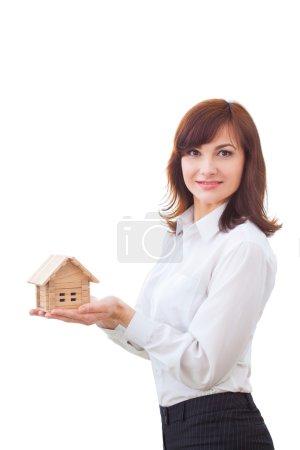 Agent immobilier avec modèle de maison