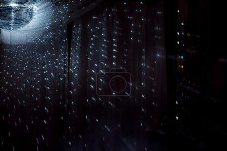 Foto de Shiny disco ball on nightclub good for background - Imagen libre de derechos