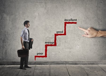 Photo pour Homme d'affaires allant vers l'excellence au travail - image libre de droit