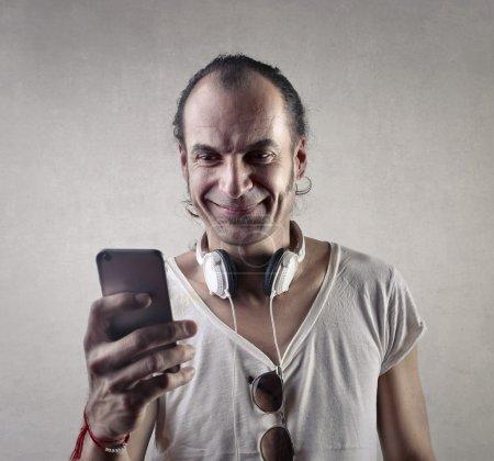 Photo pour Homme mode éternellement jeune, à l'aide d'un téléphone - image libre de droit