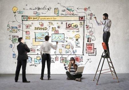 Photo pour Les gens d'affaires décider comment ressemblera leur site Web - image libre de droit