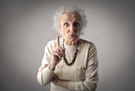 Photo pour Vieille femme vous avertissant - image libre de droit