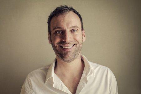 Photo pour Portrait d'un homme heureux souriant - image libre de droit