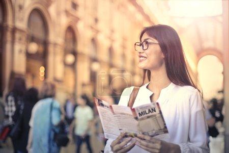 Photo pour Femme visitant Milan ville - image libre de droit