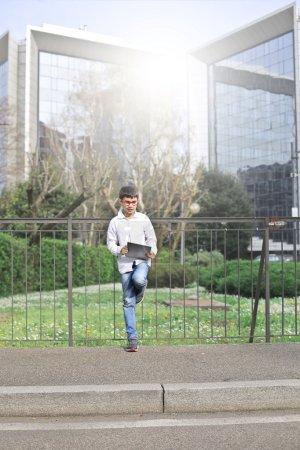 Photo pour Garçon utilisant une tablette dans la rue - image libre de droit