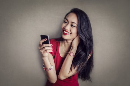 Photo pour Fille heureuse textos sur son téléphone - image libre de droit