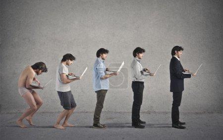 Photo pour Evolution d'un homme d'affaires tenant un ordinateur - image libre de droit