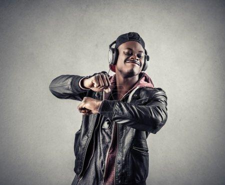 Photo pour Portrait d'un homme dansant avec des écouteurs - image libre de droit