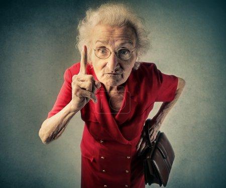Photo pour Grand-mère faisant un geste pour gronder - image libre de droit