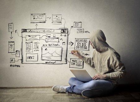 Photo pour Homme sur le sol fenêtres ordinateur dessin sur le mur - image libre de droit