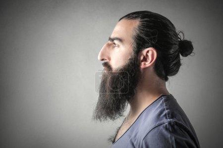 Photo pour Le profil d'un homme avec une longue barbe foncée - image libre de droit