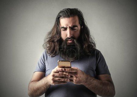 Photo pour Un homme accro à la technologie - image libre de droit