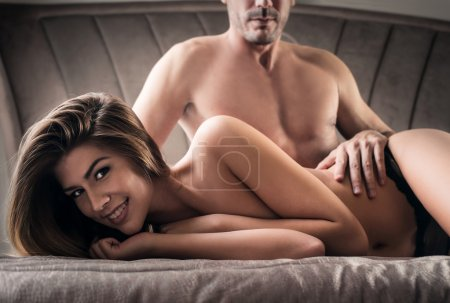 Photo pour Femme heureuse couchant avec un homme - image libre de droit
