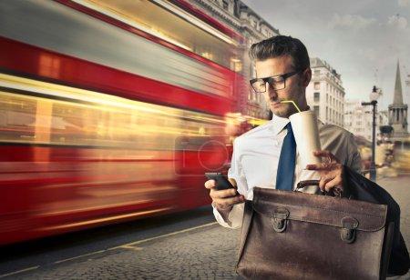 Photo pour Homme d'affaires qui voyagent pour le travail à Londres - image libre de droit