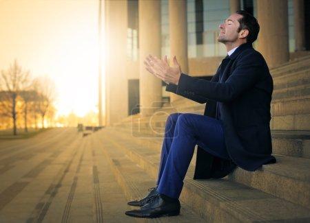 Photo pour Homme d'affaires prendre une grande respiration pour se détendre - image libre de droit