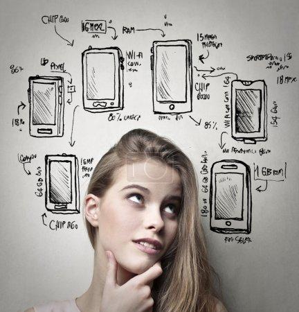 Femme pensant aux téléphones