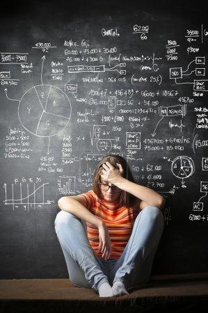 Photo pour Une fille est tellement déprimée de mémoriser toutes les formules - image libre de droit