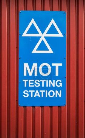 Photo pour Un panneau de station d'essai d'ordonnance de moteur (MOT) dans un garage au Royaume-Uni - image libre de droit