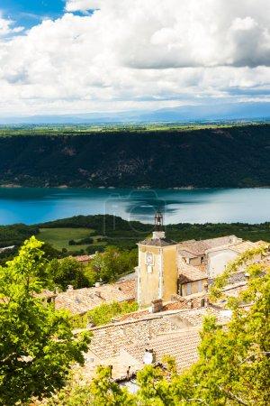 Photo pour Aiguines et lac Sainte-Croix en arrière-plan, département du Var, Provence, France - image libre de droit