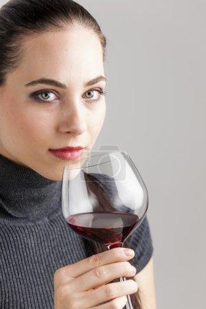 Photo pour Portrait de jeune femme avec un verre de vin rouge - image libre de droit