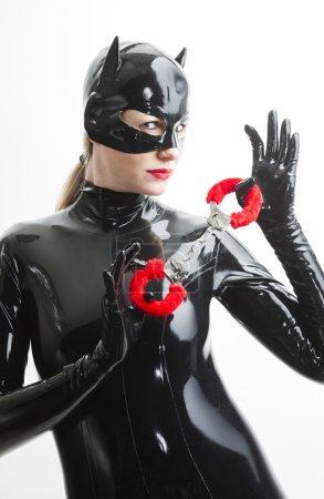 Photo pour Portrait de femme portant des vêtements en latex avec menottes - image libre de droit
