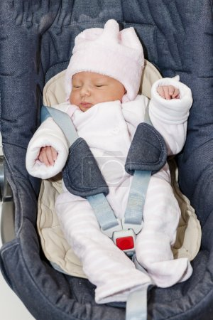 Foto de Niña bebé recién nacido en un asiento de coche - Imagen libre de derechos