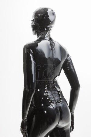 Photo pour Portrait de femme debout, portant des vêtements de latex - image libre de droit