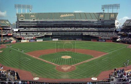 Photo pour Oakland - 19 septembre : The Oakland Coliseum, maison de l'athlétisme, avant un match de baseball de jour le 19 septembre 2007 à Oakland, en Californie. L'arène a 35 067 places pour les matchs de baseball. - image libre de droit
