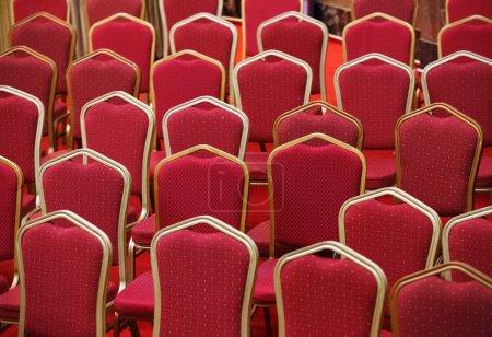 Photo pour Rangées de sièges rouges vides dans le théâtre ou la salle de cinéma - image libre de droit
