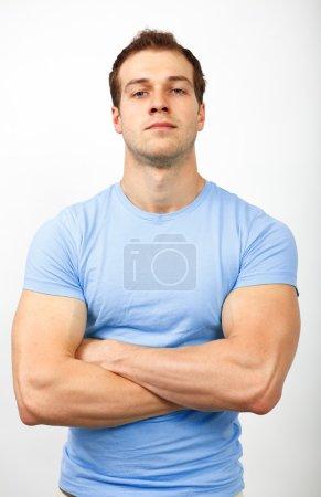 Photo pour Concept d'intimidation ou d'arrogance - jeune homme musclé à la recherche difficile - image libre de droit
