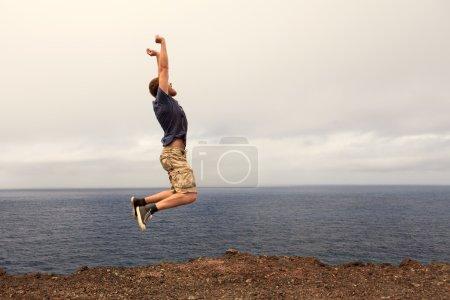 Photo pour Notion de succès ou victoire - homme joyeux sauter en plein air - image libre de droit