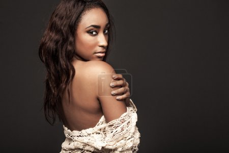 Photo pour Jeune mannequin afro-américaine attrayant avec de longs cheveux. - image libre de droit