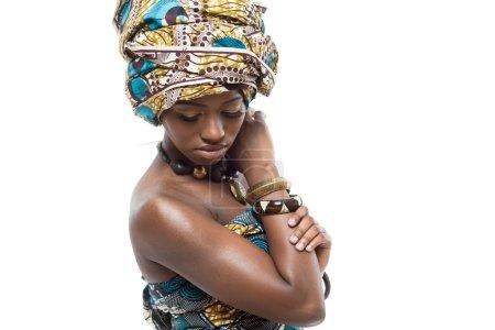 Photo pour Jeune beau mannequin africain sur fond blanc . - image libre de droit