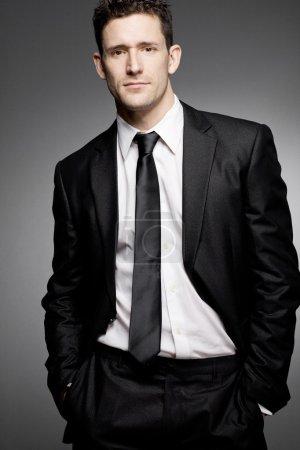 Foto de Joven empresario guapo en traje negro. - Imagen libre de derechos