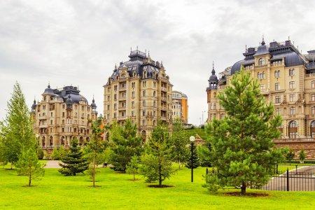 Photo pour Belles maisons à Kazan dans le ciel de l'automne. Russie - image libre de droit
