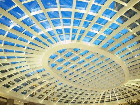 Photo pour Plafond transparent du bâtiment - image libre de droit