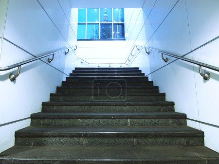 Photo pour Escalier et fenêtre dans le sous-groupe - image libre de droit