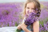 Boldog kis lány csokor levendula mező