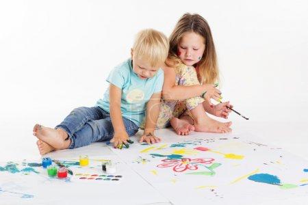 Photo pour Deux garçons et filles heureux s'amusent et dessinent des tableaux par aquarelle - image libre de droit