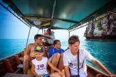 Happy mans s dítětem na jachtě. Šnorchlování cestování