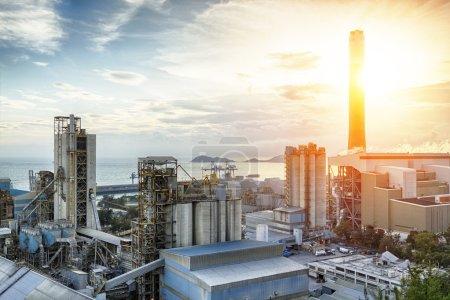 Photo pour Luminosité de l'industrie pétrochimique au coucher du soleil - image libre de droit