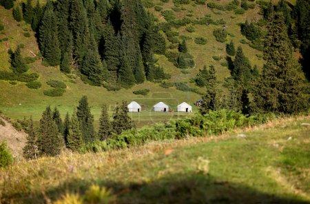 Photo pour Trois yourte (tente nomade) dans la vallée de la rivière Tekes, chaîne de montagnes Terskey Ala-Too, montagnes Tian Shan, Kazakhstan, Asie centrale - image libre de droit