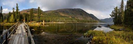 Photo pour Pano du Rakhmanovskoe lac au Kazakhstan oriental, montagnes de l'Altaï - image libre de droit