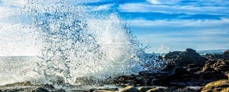 Photo pour Gros plan d'une vague qui s'écrase sur les rochers de la côte de Big Sur . - image libre de droit