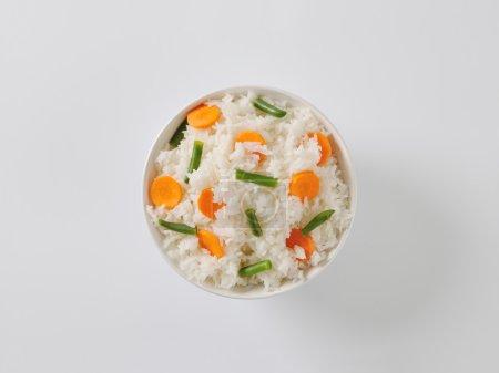 Photo pour Bol de jasmin riz aux carottes et haricots verts - image libre de droit