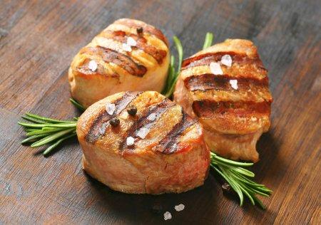 Photo pour Médaillons de porc grillé sur bois - image libre de droit