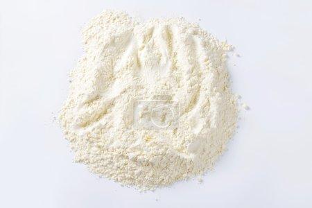 Photo pour Pile de farine finement moulue adaptée aux recettes de gâteaux - image libre de droit