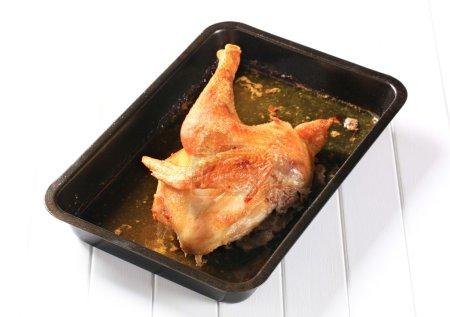 Photo pour Poulet rôti dans une plaque de cuisson - image libre de droit