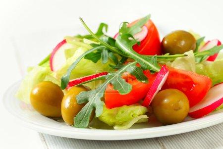 Photo pour Salade de légumes frais aux olives vertes - image libre de droit