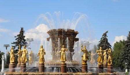 Photo pour Fontaine de l'amitié des Nations (1951-54, le projet de la fontaine par les architectes Topuridze K. et G. Konstantinovsky)--Vdnkh (Centre d'exposition de toute la Russie), Moscou, Russie - image libre de droit
